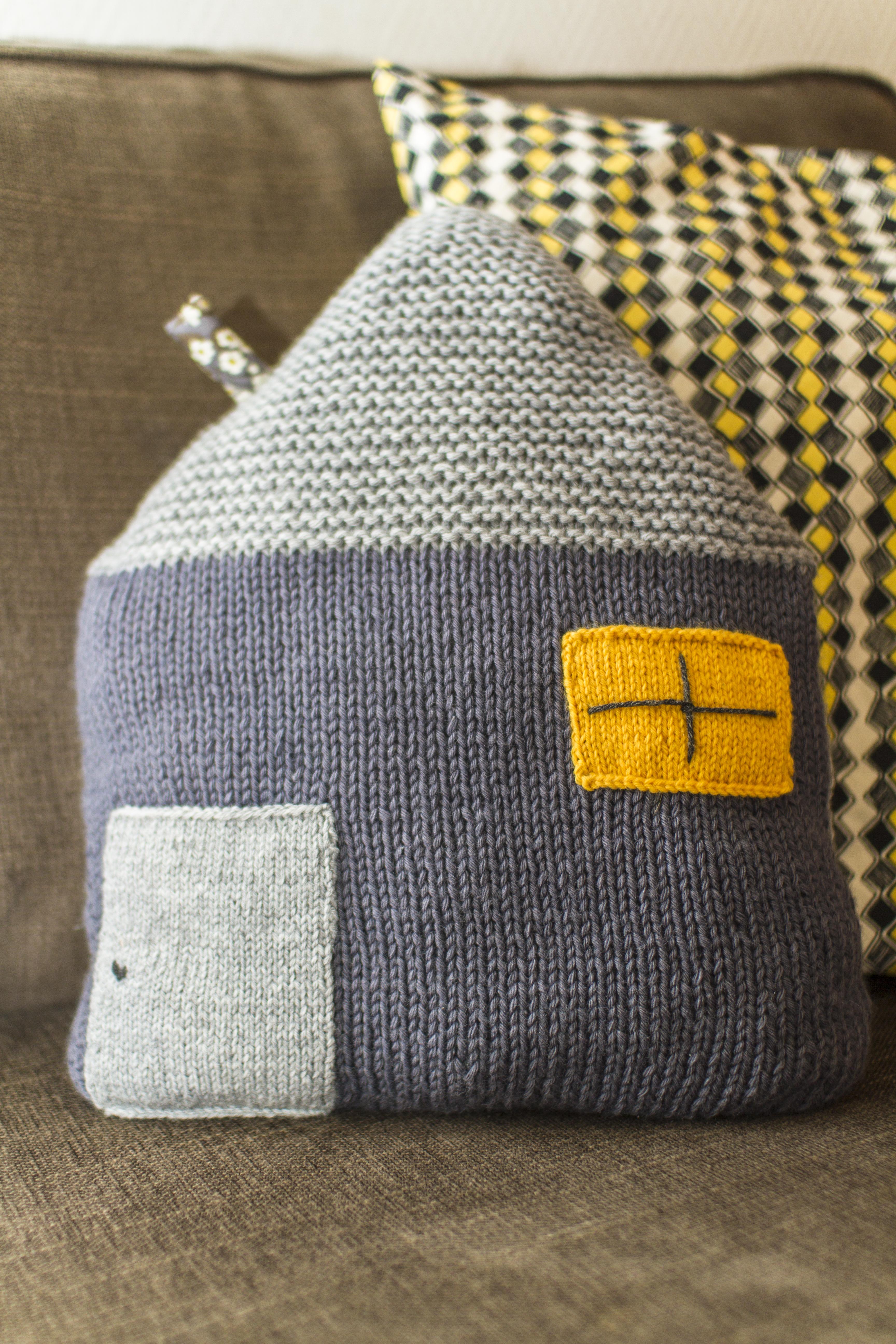 maison coussin Coussin maison au tricot et Liberty | De la laine dans le métro… maison coussin